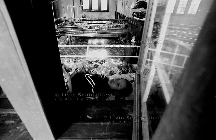 Kontum / Vietnam.<br /> Centro per l'assistenza delle vittime dell'agent orange.In primo piano Nguyen Thanh Ke di 14 anni. Oltre alle gravi conseguenze fisiche e mentali, le piccole vittime vengono spesso abbandonate dalle famiglie che non sanno come gestire il problema e non hanno le risorse economiche per l'assistenza e le cure.<br /> Foto Livio Senigalliesi.<br /> Kontum / Vietnam.<br /> Consequenses of the war in Vietnam 40 years later.Collective centre for victims of dioxine syndrome. Most of children born with physical deformities and mental diseases are abandoned by the families, poor farmers without money. In the picture Nguyen Thanh Ke (14).<br /> Photo Livio Senigalliesi