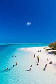 Enfants jouant sur la plage de Lekiny, Ouvéa, Nouvelle-Calédonie