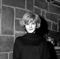 13 Décembre 1962. Vue de Sylvie Vartan qui pose dans le salon de coiffure de José Queralto