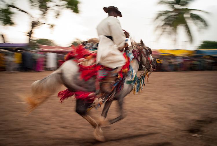The Gaani festival: the horsemen and their horses make the show for an enthousiastic crowd. Here, Suleiman Gnora and his Fourde gallop. <br />   <br /> La f&ecirc;te de la Gaani: les cavaliers et leurs chevaux montrent leurs talents &agrave; un public enthousiaste. Ici, Suleiman Gnora et son Fourd&eacute; au galop.