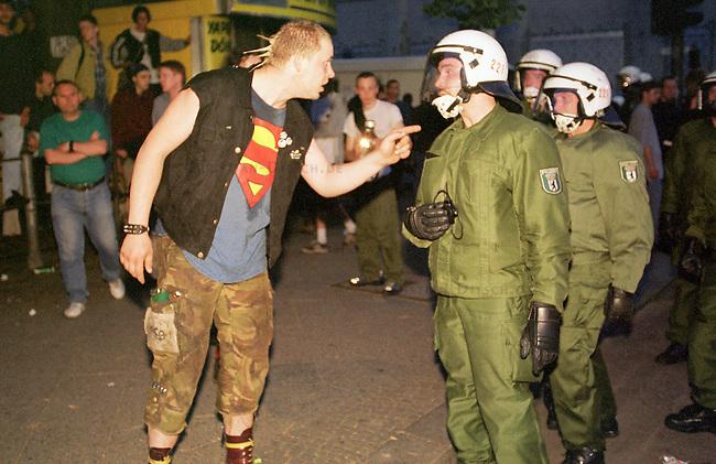 Mehr als 10.000 Menschen kamen zur sogenannten Revolutionaeren 1. Mai-Demonstration nach Berlin-Kreuzberg. Die Polizei loeste ohne ersichtlichen Grund die Demonstration mit willkuerlichen Festnahmen und Wasserwerfereinsatz auf dem Oranienplatz auf.<br /> Hier: Ein Punk beschwert sich bei Polizeibeamten der 22 Einsatzhundertschaft der Berliner Polizei ueber die Festnahme seiner schwangeren Freundin.<br /> 1.5.2000, Berlin<br /> Copyright: Christian-Ditsch.de<br /> [Inhaltsveraendernde Manipulation des Fotos nur nach ausdruecklicher Genehmigung des Fotografen. Vereinbarungen ueber Abtretung von Persoenlichkeitsrechten/Model Release der abgebildeten Person/Personen liegen nicht vor. NO MODEL RELEASE! Nur fuer Redaktionelle Zwecke. Don't publish without copyright Christian-Ditsch.de, Veroeffentlichung nur mit Fotografennennung, sowie gegen Honorar, MwSt. und Beleg. Konto: I N G - D i B a, IBAN DE58500105175400192269, BIC INGDDEFFXXX, Kontakt: post@christian-ditsch.de<br /> Bei der Bearbeitung der Dateiinformationen darf die Urheberkennzeichnung in den EXIF- und  IPTC-Daten nicht entfernt werden, diese sind in digitalen Medien nach &sect;95c UrhG rechtlich gesch&uuml;tzt. Der Urhebervermerk wird gemaess &sect;13 UrhG verlangt.]