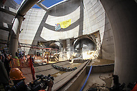 """SÃO PAULO, SP, 07.05.2015 - ALCKMIN-SP - O governador Geraldo Alckmin durante chegada tuneladora Shield, também conhecido como """"tatuzão"""", na futura estação Brooklin da linha 5-Lilás do Metrô de São Paulo, nesta quinta-feira, 7. A roda de corte da maquina, com 6,9 metros de diâmetro, rompeu a ultima parede de concreto, que separa o túnel do corpo da estação. (Foto: Douglas Pingituro/Brazil Photo Press)"""