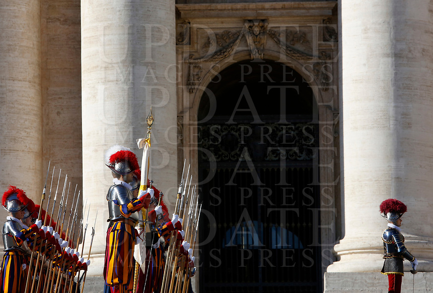 Vatican City, 25th December, 2018. Vatican Swiss Guards lined up in St. Peter's Square before the Pope Francis' Urbi et Orbi (In Latin 'to the city and to the world' ) Christmas' day blessing from the central loggia of St. Peter's Basilica.<br /> © Riccardo De Luca UPDATE IMAGES/ Alamy Live News