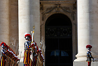 Vatican City, 25th December, 2018. Vatican Swiss Guards lined up in St. Peter's Square before the Pope Francis' Urbi et Orbi (In Latin 'to the city and to the world' ) Christmas' day blessing from the central loggia of St. Peter's Basilica.<br /> &copy; Riccardo De Luca UPDATE IMAGES/ Alamy Live News