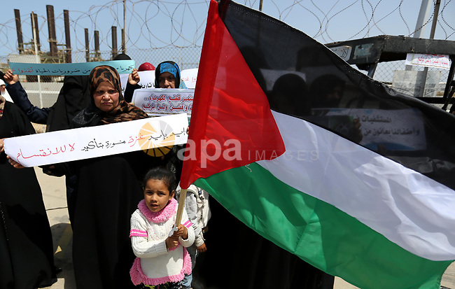 Demonstrators hold Palestinian flags during a protest calling for an end to the power crisis, outside the power plant in the central Gaza Strip April 23, 2017. Photo by Ashraf Amra