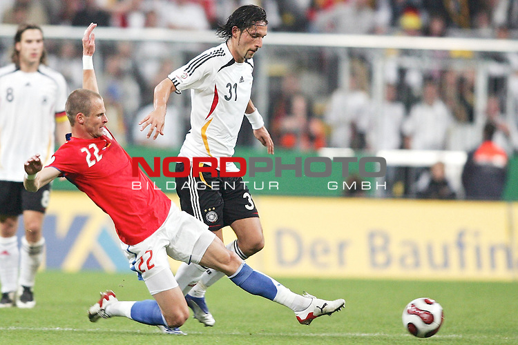 Qualifikation EM 2007 Gruppe: D - Deutschland (GER) vs. Tschechien (CZ). <br /> <br /> Kevin Kuranyi (Deutschland #31) gegen David Rozehnal (Tschechien #22).<br /> <br /> <br /> Foto &copy; nph (  nordphoto  )<br /> <br /> <br /> <br />  *** Local Caption ***