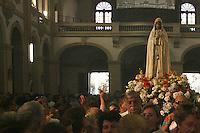 SAO PAULO, SP, 13 DE MAIO DE 2013 - NOSSA SENHORA DE FATIMA - Católicos comemoram nesta segunda-feira, 13, o dia de Nossa Senhora de Fátima, com missa e procissão que saiu da Igreja Nossa Senhora do Carmo percorrendo as ruas do bairro de Perdizes, na zona oeste da cidade de São Paulo.FOTO: MAURICIO CAMARGO / BRAZIL PHOTO PRESS.