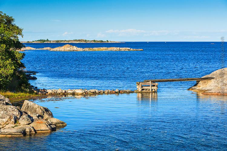 Träspång mellan skär vid havet i Stockholms yttergård