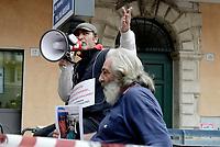 Roma, 11 Ottobre 2018<br /> Operai licenziati parlano al megafono .<br /> Due operai della Fca di Pomigliano d'Arco sono saliti sul tetto di un edificio in piazza Barberini.vicino al Ministero del Lavoro per protestare contro il loro licenziamento e di quello di altri tre colleghi dopoaver inscenato nel 2014 il funerale dell'ad Sergio Marchionne davanti ai cancelli dello stabilimento. Chiedono l'intervento del Ministro Di Maio e alcuni parlamentari salgono a parlare con loro.