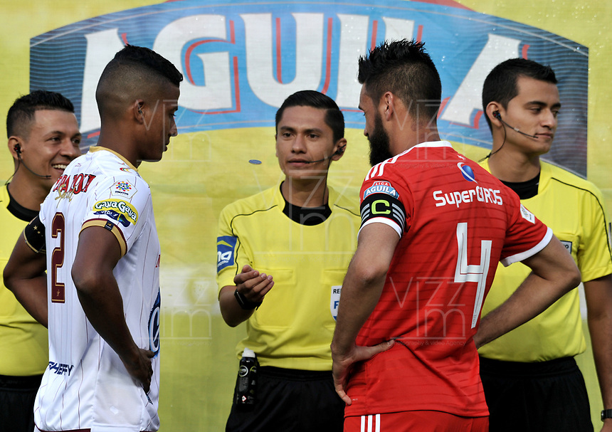 CALI - COLOMBIA - 10 -  02  -  2018: Mario Herrera (Cent.), arbitro, antes del partido con los capitanes Fainer Torijano (Izq.) de Deportes Tolima y Diego Herner (Der.) de America, durante partido entre America de Cali y Deportes Tolima, de la fecha 2 por la Liga Aguila I 2018 jugado en el estadio Pascual Guerrero de la ciudad de Cali. / Mario Herrera (C), referee, before the match with the captains Fainer Torijano (L) from Deportes Tolima and Diego Herner (R) from America, during a match between America de Cali and Deportes Tolima, of the 2nd date for the Liga Aguila I 2018 at the Pascual Guerrero stadium in Cali city. Photo: VizzorImage / Luis Ramirez / Staff.