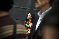 Leyla S. Bozan est candidate (colistier d'Emin Irnak) aux élections municipales de la ville d'Artuklu, un des 7 districts de la grande municipalité de Mardin, à quelques kilomètres au nord de la frontière syrienne et de la ville de Nusaybin. Lycéenne engagée pour les droits de son peuple, elle a été arrêté et torturé par la police turque. Ses avant-bras portent les cicatrices des brûlures de cigarettes de ses geôliers. Son frère s'est engagé dans la guérilla en Iran dans les années 1980, arrêté, torturé mais libéré. Son mari, membre du parti, a passé 4 ans en prison. Sa cousine aussi.