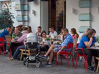 Boutique Cafe, Fu&szlig;g&auml;ngerzone Knez Mihailova -Prinz-Michael-Stra&szlig;e, Belgrad, Serbien, Europa<br /> Boutique Cafe, pedestrian area Knez Mihailova, Belgrade, Serbia, Europe