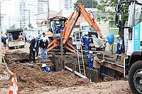 SÃO PAULO, SP, 29.06.2016 –ROMPIMENTO-ADUTORA - Funcionários da Sabesp consertam adutora que rompeu na noite de terça-feira, 28 no bairro Vila Santa Clara região leste de São Paulo, nesta quarta-feira, 29.(Foto: Marcos Moraes/Brazil Photo Press)