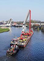 Nederland - Zaandam -  2019. Vervoer over de Zaan. Mammoet. HEBO- Maritiemservice.   Foto Berlinda van Dam / Hollandse Hoogte