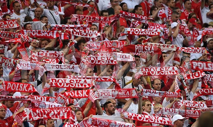 FUSSBALL EURO 2016 GRUPPE C IN PARIS Deutschland - Polen    16.06.2016 Polnische Fans zeigen ihre Schals
