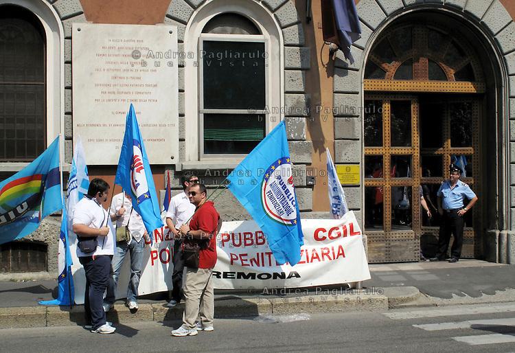 Milano, manifestazione polizia penitenziaria davanti l'ingresso del carcere di San Vittore.
