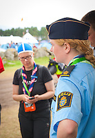 The Policewoman in charg of the Jamboree explaining the mobile policestation to the young correspondance. Photo: André Jörg/ Scouterna