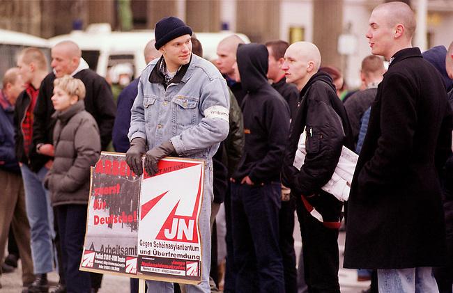 500 Mitglieder und Sympathiesanten der rechtsextremistischen NPD demonstrierten am Sonntag den 12. Maerz 2000 in Berlin anlaesslich des Jahrestages des Anschlusses Oesterreichs an Nazideutschland unter dem Motto: Wir sind ein Volk - Haende weg von Oesterreich. Verbote der Demonstration durch den Berliner Innensenat wurden von den Gerichten widerrufen. Einzige Auflagen fuer die NPD war der Verzicht auf Fahnen, Trommeln und kein Marsch durch das Brandenburger Tor.<br /> Hier: Die Demonstrationsteilnehmer vor dem Brandenburger Tor.<br /> 12.3.2000, Berlin<br /> Copyright: Christian-Ditsch.de<br /> [Inhaltsveraendernde Manipulation des Fotos nur nach ausdruecklicher Genehmigung des Fotografen. Vereinbarungen ueber Abtretung von Persoenlichkeitsrechten/Model Release der abgebildeten Person/Personen liegen nicht vor. NO MODEL RELEASE! Nur fuer Redaktionelle Zwecke. Don't publish without copyright Christian-Ditsch.de, Veroeffentlichung nur mit Fotografennennung, sowie gegen Honorar, MwSt. und Beleg. Konto: I N G - D i B a, IBAN DE58500105175400192269, BIC INGDDEFFXXX, Kontakt: post@christian-ditsch.de<br /> Bei der Bearbeitung der Dateiinformationen darf die Urheberkennzeichnung in den EXIF- und  IPTC-Daten nicht entfernt werden, diese sind in digitalen Medien nach &sect;95c UrhG rechtlich gesch&uuml;tzt. Der Urhebervermerk wird gemaess &sect;13 UrhG verlangt.]