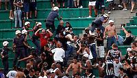 SAO PAULO, SP, 25 DE MARCO DE 2012 - CAMP. PAULISTA CORINTHIANS X PALMEIRAS - Confronto envolvendo Policiais Militares e torcedores do Corinthians em partida valida pela 15 rodada do Campeonato Paulista, no Estadio Paulo Machado de Carvalho (Pacaembu), neste domingo. 25. (FOTO: WILLIAM VOLCOV / BRAZIL PHOTO PRESS).