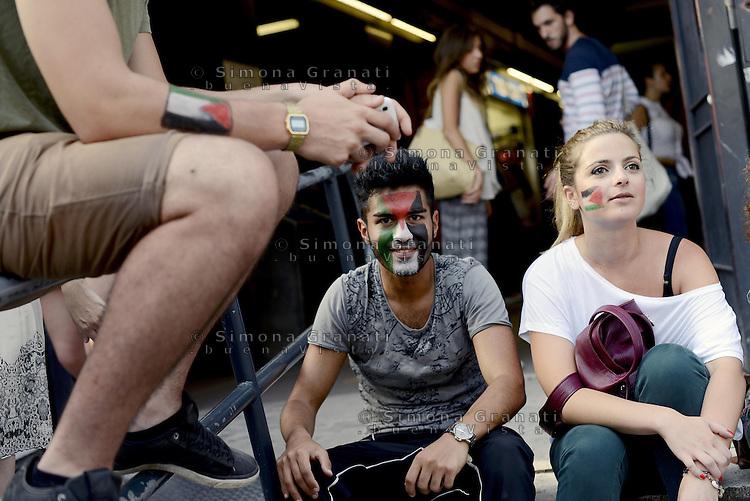 Roma 26 Luglio 2014<br /> Colosseo<br /> Presidio in solidariet&agrave; alla resistenza del popolo palestinese e contro l'offensiva militare israeliana nella Striscia di Gaza.<br /> La  protesta organizzata dalla comunit&agrave; dellee dei giovani palestinesi, &egrave; in concomitanza in tutta Europa e Mondo.<br /> Bandiere palestinesi su viso e braccia<br /> Rome July 26, 2014 <br /> Protest in solidarity with the resistance of the Palestinian people, and against the Israeli military offensive in the Gaza Strip.<br /> The protest was organized by the Palestinian youth, is at the same time throughout Europe and the World .