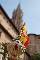 Europe/France/Midi-Pyrénées/31/Haute-Garonne/Toulouse: Basilique Saint-Sernin, étape sur le chemin de Saint-Jacques-de-Compostelle -  détail d'un baton de pèlerin et clocher de la basilique