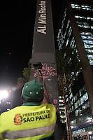 SÃO PAULO, SP - 05.07.2013: MANUTENÇÃO AV PAULISTA- Na noite dessa 6 feria (5) funcionários da prefeitura de São Paulo fazem a manutenção de alguns postes de sinalização na Av Paulista.  (Foto: Marcelo Brammer/Brazil Photo Press)