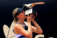 BOGOTÁ-COLOMBIA, 14-04-2019: Amanda Anisimova (USA), besa el trofeo como campeona del Claro Colsanitas WTA, que se realiza en El Carmel Club de Bogota. / Amanda Anisimova (USA), kiss the trophy as champion of the WTA Claro Colsanitas, which takes place at Carmel Club in Bogota city. / Photo: VizzorImage / Luis Ramírez / Staff.