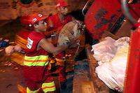 Funcionários da limpeza pública da Prefeitura Municipal de Belém, durante reportagem institucional,  fazem a coleta do lixo urbano nos bairros da cidade<br /> Belém, Pará, Brasil.<br /> Foto Paulo Santos<br /> 05/08/2004
