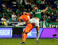 CALI -COLOMBIA-01-11-2014. Luis Calderon (Der) del Deportivo Cali disputa el balón con Angello Rodriguez (Izq) de Envigado FC durante partido por la fecha 17 de la Liga Postobón II 2014 jugado en el estadio Pascual Guerrero de la ciudad de Cali./ Deportivo Cali player Luis Calderon (R) fights for the ball with Envigado FC player Angello Rodriguez (L) during match for the 17th date of Postobon League II 2014 played at Pascual Guerrero stadium in  Cali city.Photo: VizzorImage/ Juan C. Quintero /STR