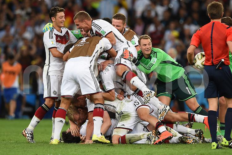 FUSSBALL WM 2014                FINALE Deutschland - Argentinien     13.07.2014 Mesut Oezil, Lukas Podolski, Erik Durm, Torwart Manuel Neuer (v.l., alle Deutschland) jubeln mit ihren Teamkollegen