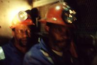 SUDAFRICA - Kimberley, miniera di diamanti di Bultfontein ( Miniere De Beers): due minatori all'interno della miniera con abiti da lavoro e caschetto con la torcia frontale.