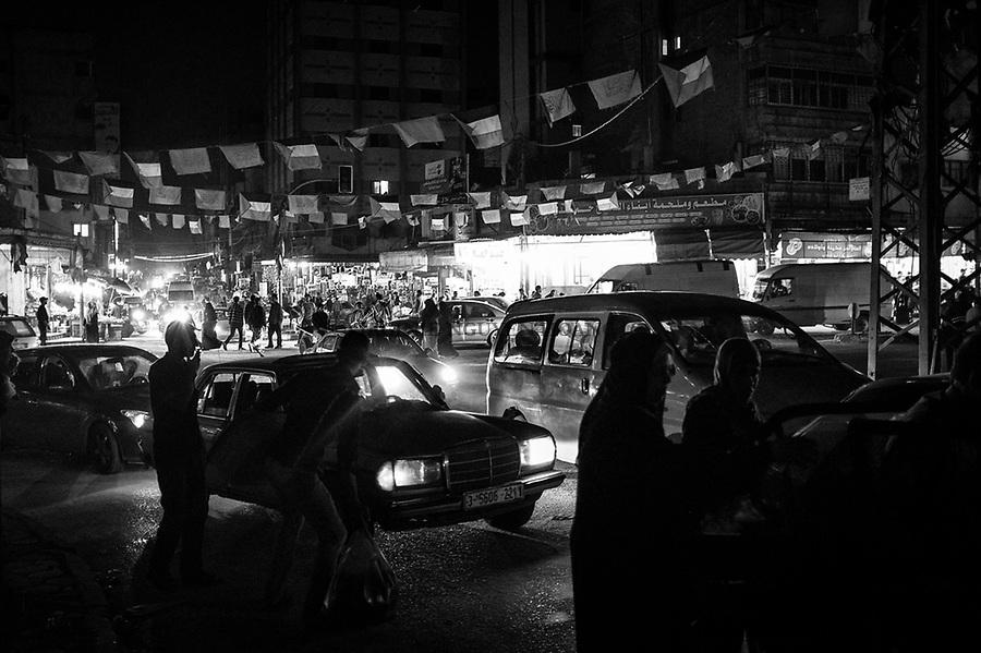 Gaza city: Centre de la ville de Gaza la nuit. Aux lampadaires, des drapeaux du Hamas. 05/11/14<br /> <br /> Gaza city: Center of Gaza City at night time. Hanging at the lamp post, flags of Hamas. 05/11/14