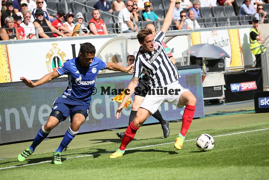 Bastian Oczipka (Eintracht Frankfurt) gegen Franco di Santo (FC Schalke 04) - 27.08.2016: Eintracht Frankfurt vs. FC Schalke 04, Commerzbank Arena