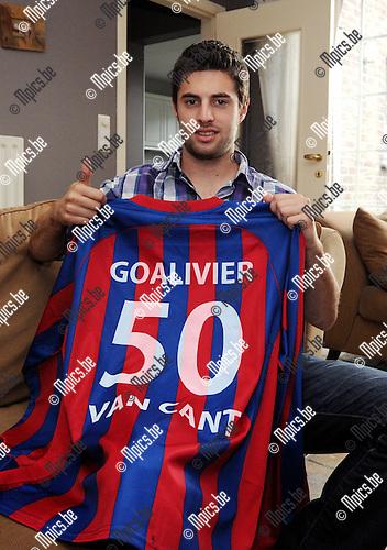 2012-04-23 / Voetbal / seizoen 2011-2012 / Bevel / Olivier Van Cant scoorde al 50 keer dit seizoen en kreeg dit shirt van zijn club..Foto: Mpics.be