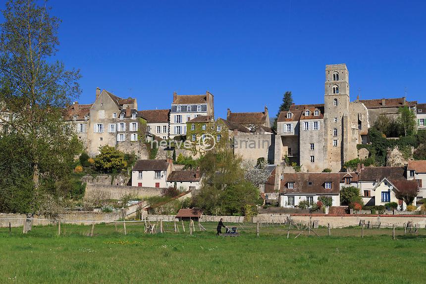 France, Seine-et-Marne (77) , Château-Landon et sentier aménagé // France, Seine et Marne, Chateau Landon