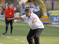 NEIVA - COLOMBIA -17 -02-2016: Santiago Escobar, técnico de La Equidad, durante partido entre Atletico Huila y La Equidad por la fecha 2 de la Liga Aguila, I 2016 en el estadio Guillermo Plazas Alcid de Neiva. / Santiago Escobar, coach of La Equidad,  during match between Atletico Huila and La Equidad for the date 2 of the Liga Aguila I 2016 at the Guillermo Plazas Alcid Stadium in Neiva city. Photo: VizzorImage  / Sergio Reyes / Cont.