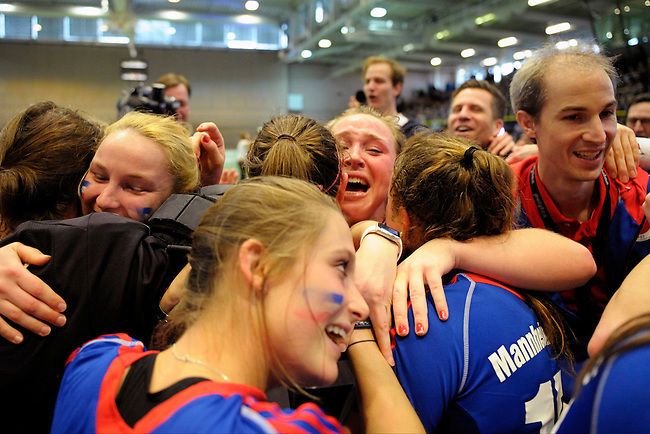 GER - Luebeck, Germany, February 07: Players of Mannheimer HC celebrate after winning the shootout during the 1. Bundesliga Damen indoor hockey final match at the Final 4 between Mannheimer HC (blue) and Duesseldorfer HC (white) on February 7, 2016 at Hansehalle Luebeck in Luebeck, Germany. Final score 6-4 after shootout. (Photo by Dirk Markgraf / www.265-images.com) *** Local caption *** Nike Lorenz #16 of Mannheimer HC