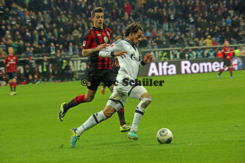Joselu (Eintracht) gegen Jermaine Jones (Schalke) - Eintracht Frankfurt vs. FC Schalke 04, Commerzbank Arena