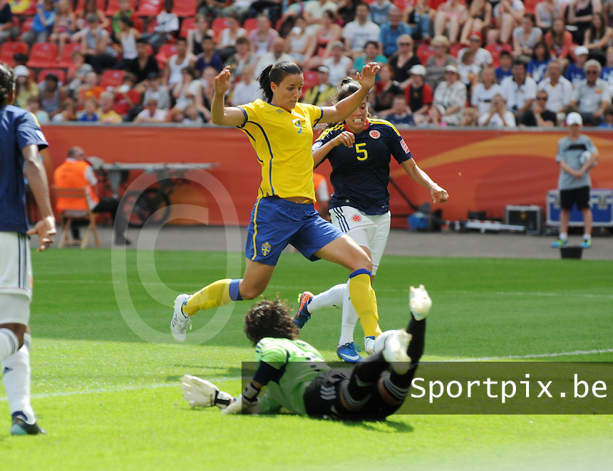 Fifa Women's World Cup Germany 2011 : Colombia - Sweden at Bayarena Leverkusen : Jessica Landstrom tikt de 0-1 binnen voor zweden voorbij doelvrouw Sandra Sepulveda.foto DAVID CATRY / Vrouwenteam.be