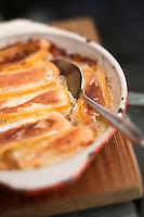 Europe/France/Rhone-Alpes/74/Haute-Savoie/Megève: Restaurant: La Côte 2000 - La péla est un plat originaire des Aravis qui se mange traditionnellement en Haute-Savoie.<br /> La péla est un plat de pommes de terre, préalablement rissolées à l'huile, non épluchées en général, coupées en cubes auxquelles on ajoute lardons et oignons et placées dans une poêle à long manche: pela en arpitan savoyard. Elle cuisait dans l'âtre, jusqu'à ce que le reblochonplacé sur les pommes de terre soit fondu.