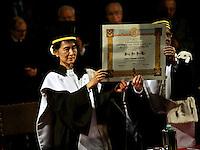 Il Nobel per la Pace Aung San Suu Kyi, nell'aula magna di Santa Lucia dell'Università di Bologna,  riceve dalle mani del Magnifico Rettore Alma Mater Ivano Dionigi la laurea  honoris causa in filosofia.  Al leader birmano era stata conferita la laurea nel lontano 2000 quando era ancora agli arresti domiciliari a cui era costretta dal regime autoritario del suo paese;  solo ora è potuta venire in Italia per la consegna.
