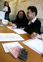 ELEZIONI I SEGGI ELETTORALI TELEFONINI E DOCUMENTI.FOTO CIRO DE LUCA