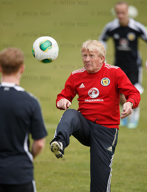 Gordon Strachan shows the Scotland players some new practice drills