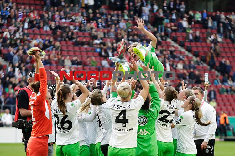 01.05.2015, RheinEnergie-Stadion, K&ouml;ln, GER, DFB Pokalfinale der Frauen im Bild die Mannschaft des VFL Wolfsburg l&auml;sst Martina M&uuml;ller (Martina M&uuml;ller #25) hochleben<br /> <br /> Foto &Acirc;&copy; nordphoto / Rauch