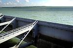 GOEREE-OVERFLAKKEE - De Haringvlietdam, het zesde bouwwerk van de Deltawerken, sluit het Haringvliet af tussen Voorne-Putten (noord) en Goeree-Overflakkee (zuid), bestaat uit een spuisluizencomplex met een lengte van ongeveer een kilometer, dat per seconde circa 25.000 kubieke meter water kan doorlaten. De in 1961 opgebouwde Haringvlietdam is in totaal 5 kilometer lang, 56 meter breed, en heeft 17 sluizen van 62 meter lang zijn. COPYRIGHT TON BORSBOOM