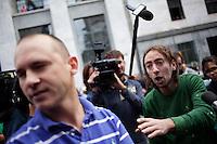 Milano: un oppositore di Berlusconi discute con un sostenitore davanti al tribunale di Milano durante l'udienza per il processo Mills