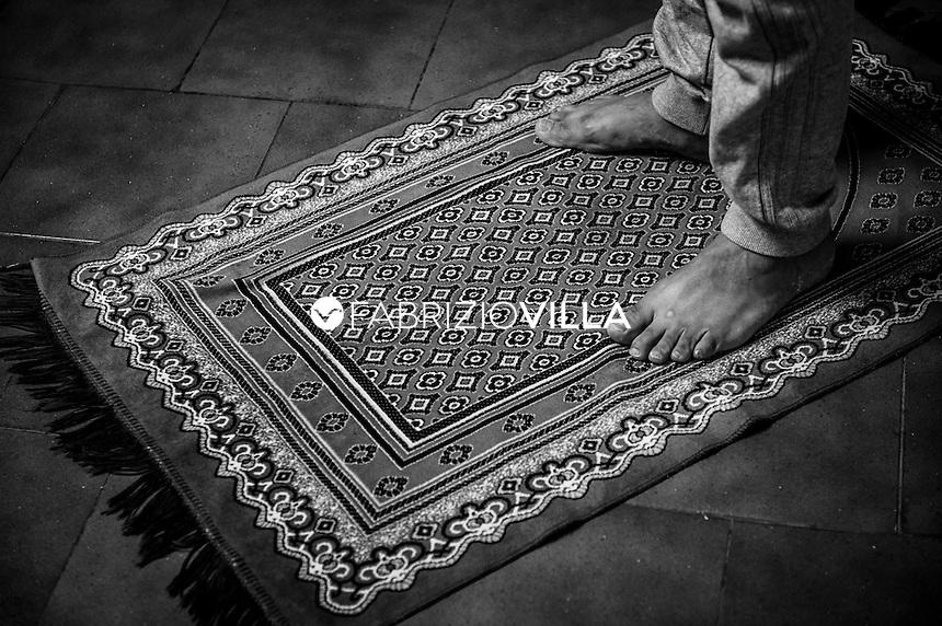 Momenti di preghiera per i detenuti di fede islamica nel carcere di San Vittore a Milano durante il mede del Ramadan 2014. <br /> Ogni anno l&rsquo;Amministrazione Penitenziaria garantisce le condizioni essenziali per il rispetto dei principi religiosi che il Ramadan impone.