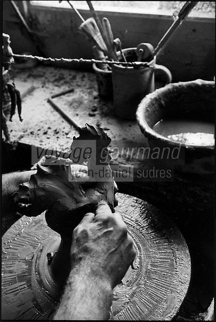 Europe/France/Bourgogne/71 Saône-et-Loire/env de Louhans: Marc Besacier potier crée un coq en terre - Auto N: 302