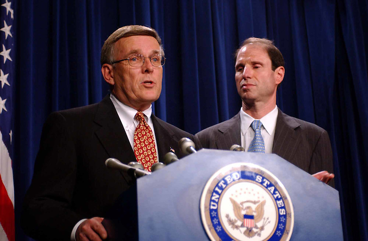 Enron2/013102 -- Byron L. Dorgan, D-Il., and Ron Wyden, D-OR., during a press conference on the Enron collapse and the hearings to follow.