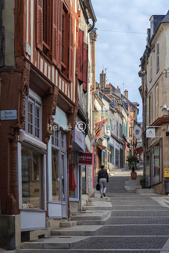 France, Yonne (89), Joigny, la rue Gabriel Cortel monte dans la vieille ville // France, Yonne, Joigny, Gabriel Cortel street in the old town